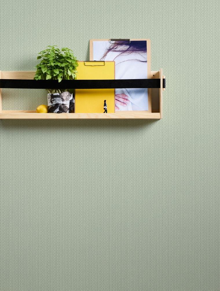 Parete con carta da parati di colore grigio, mensola di legno con decorazioni