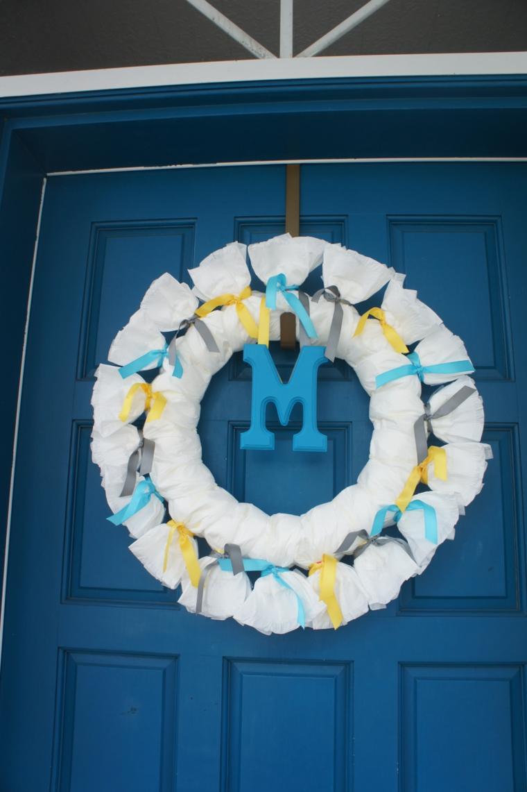 Fiocco nascita fai da te, porta d'ingresso con corona di stoffa e lettera iniziale neonato