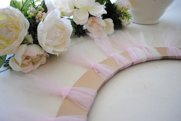 come fare un fiocco di tulle, cerchio di legno decorato con tulle rosa e fiori finti