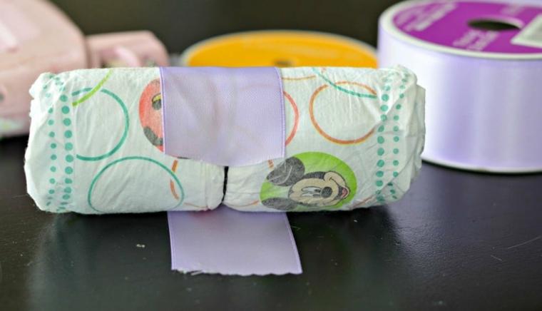 Tutorial fiocco nascita, pannolino avvolto in un nastro di colore viola