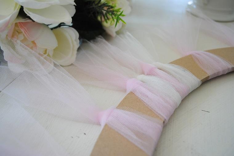 Come fare un fiocco di tulle, cerchio di legno con tulle rosa e fiori finti accanto