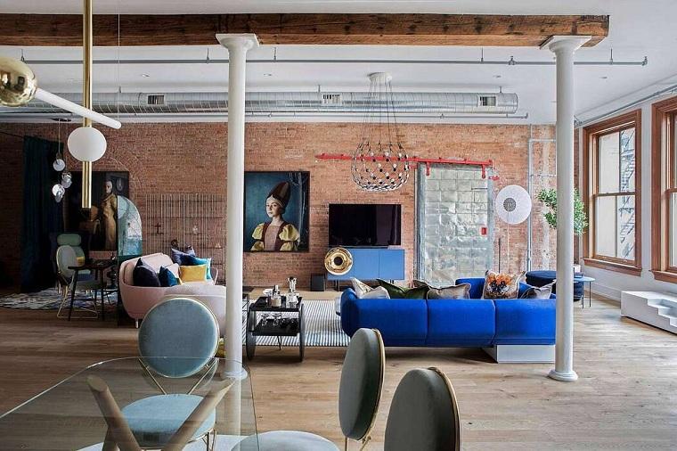 Arredare un loft, appartamento con parete in mattoni, soggiorno con due divani