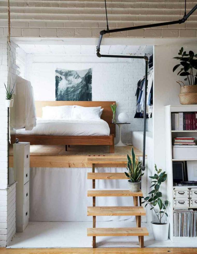 Open space con soppalco, appartamento con il letto sul soppalco, mobili in legno bianco