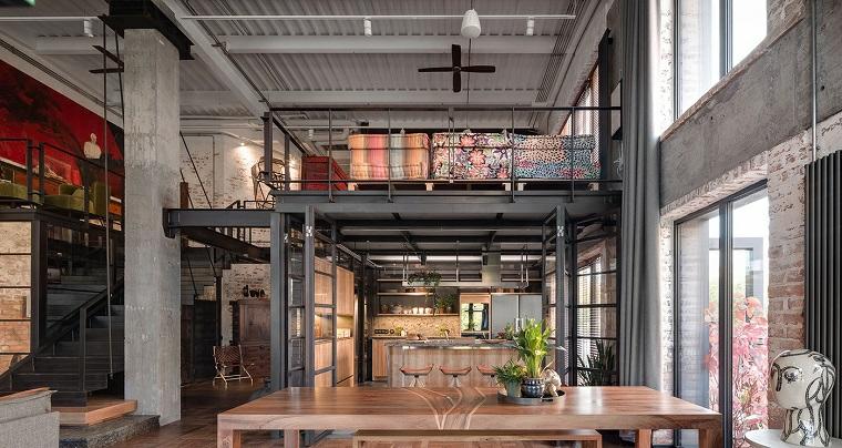 Open space con soppalco, appartamento due piani con pianta aperta, tavolo da pranzo e cucina