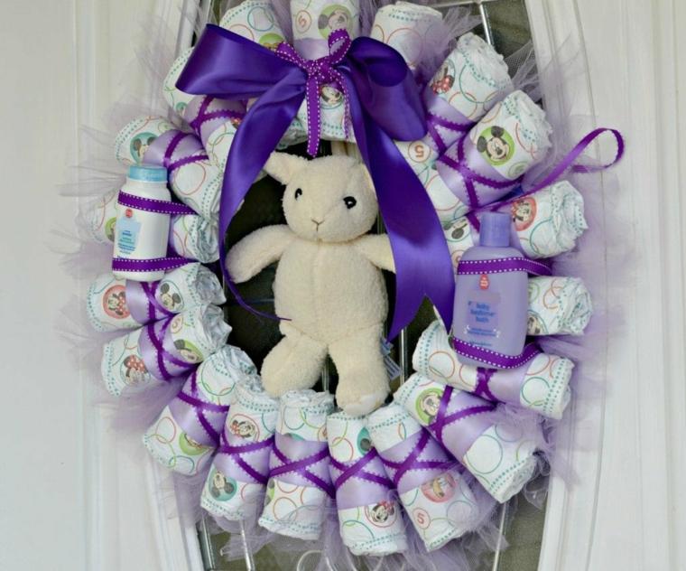 Fiocchi nascita da esterno, corona con pannolini avvolti e un orsetto peluche