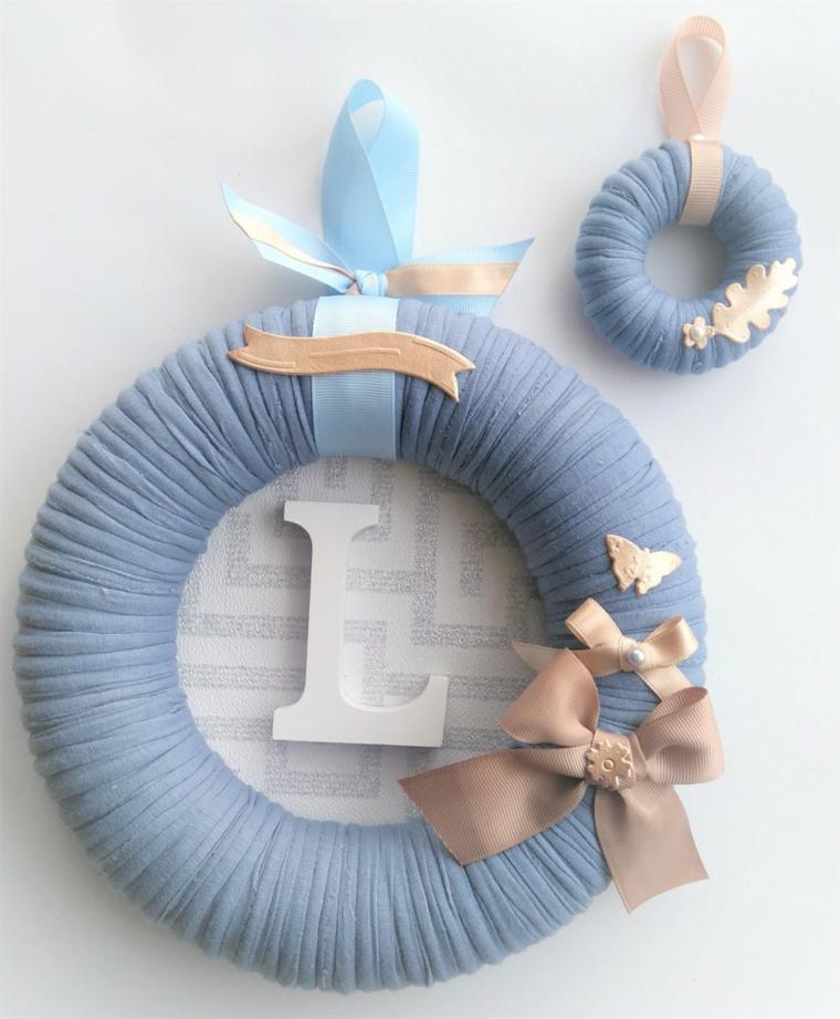 Coccarda nascita, cerchio decorato con stoffa e iniziati lettera neonato maschietto