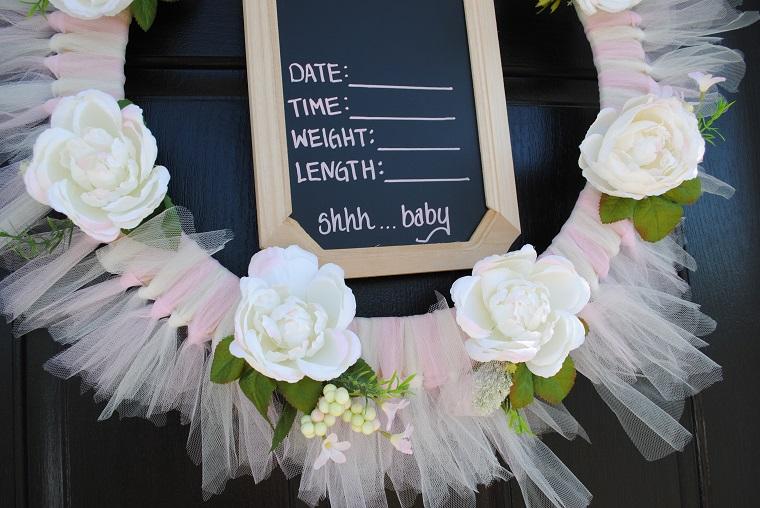 Fiocco nascita fai da te, porta d'ingresso con cerchio di legno decorato con tulle rosa