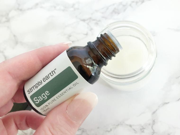 Versare le gocce di olio essenziale, come nutrire i capelli, barattolo con zucchero