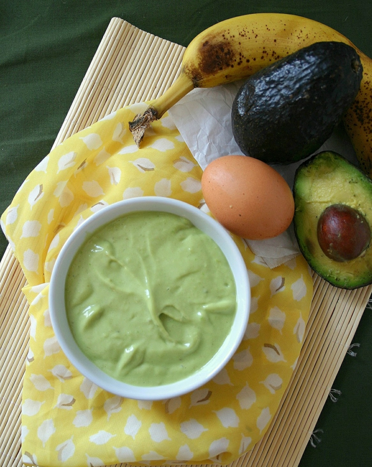 Come nutrire i capelli in modo naturale, ciotola con maschera a base di avocado