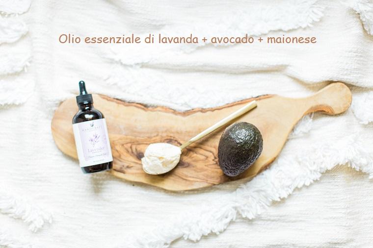 Maschera per capelli grassi, ingredienti su un tagliere di legno, maionese e avocado