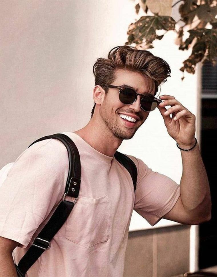 Acconciatura uomo ciuffi lunghi sopra, taglio capelli ragazzo 2020, ragazzo sorridente con occhiali da sole