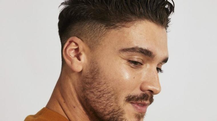 Come tagliare i capelli corti, ragazzo con viso di profilo con barba, acconciatura uomo corta ai lati