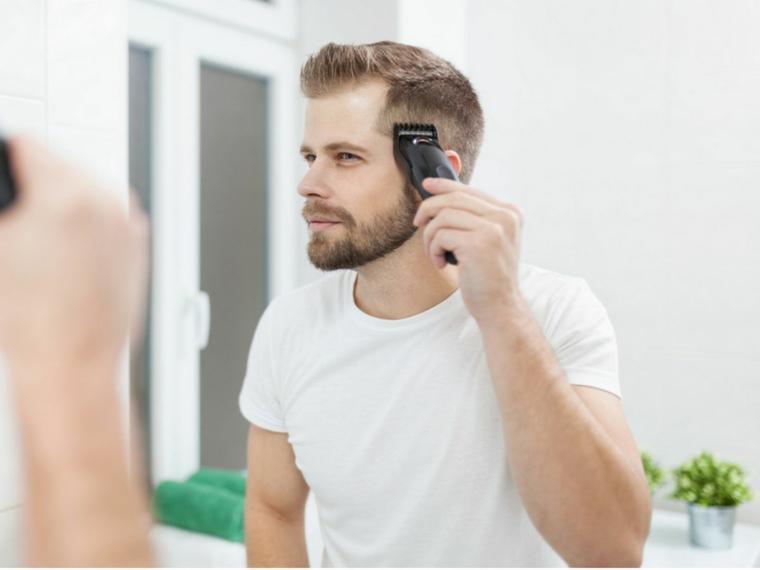 Come si tagliano i capelli, uomo che si taglia i capelli biondi con la macchinetta