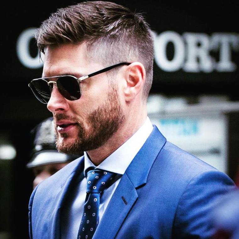 Come si tagliano i capelli, uomo con capelli rasati ai lati, viso con barba e occhiali da sole