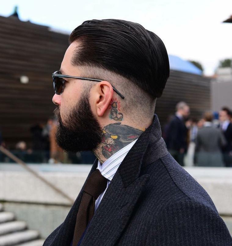 Taglio capelli uomo corti, ragazzo con tatuaggi sul collo, acconciatura rasati sotto