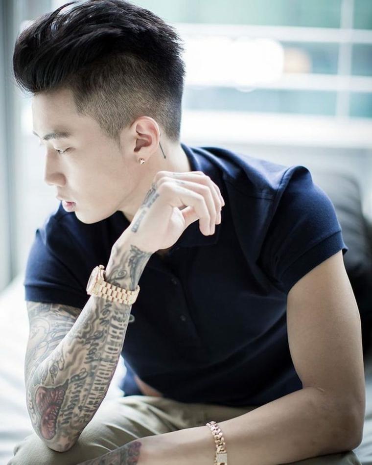 Ragazzo asiatico con tatuaggio sul braccio, come tagliare i capelli uomo a casa