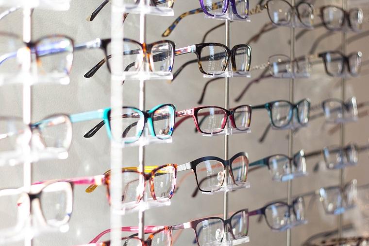 Foto di occhiali da vista in negozio, montature in plastica colorata
