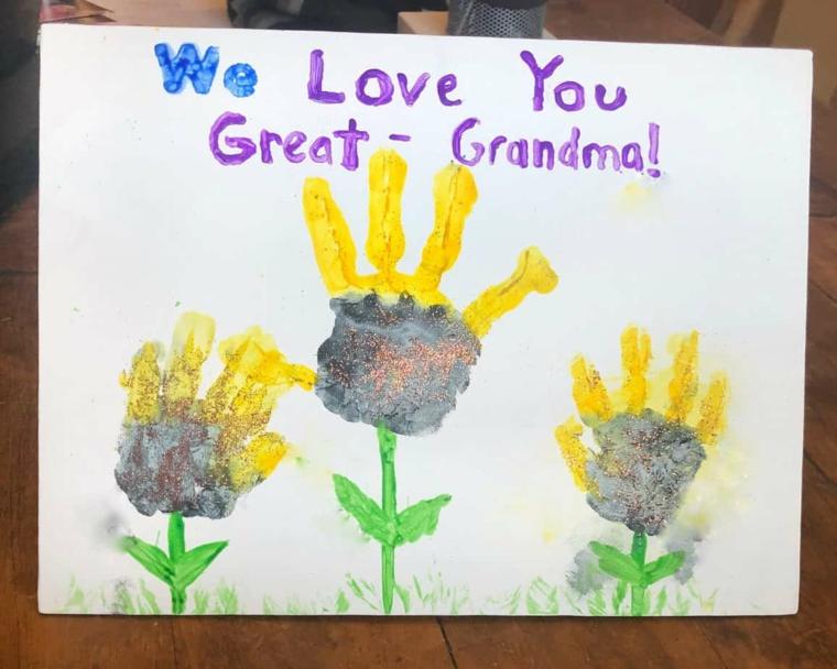 Biglietti per la festa dei nonni, foglio con impronte manine e scritta con colori acquarelli