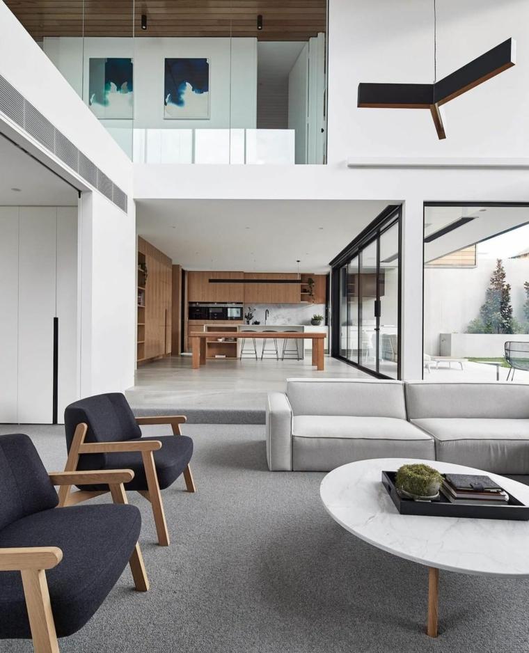 Appartamento open space con soppalco, soggiorno con divano e tavolino basso