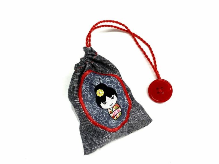 Regali per la festa dei nonni, sacchettino con disegno e corda rossa e bottone