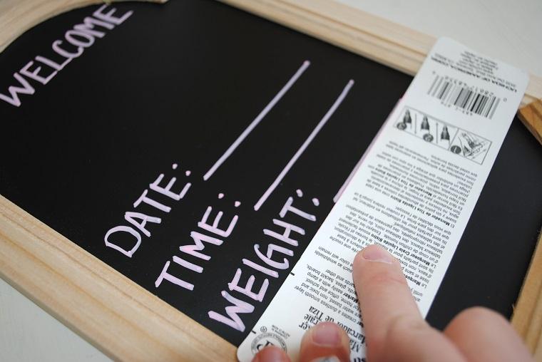 Lavagnetta nera con cornice di legno, tutorial fiocco nascita, scatola con pennarello