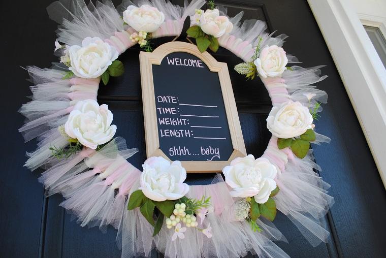 Coccarda nascita fai da te, porta d'ingresso decorata con una corona con tulle e lavagna