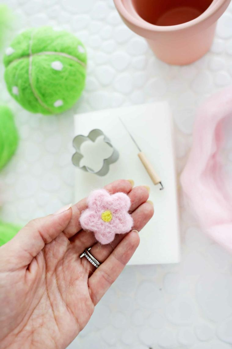 Fiore di lana di colore rosa, palla di lana verde come cuscino perni, lavoretti per la festa dei nonni