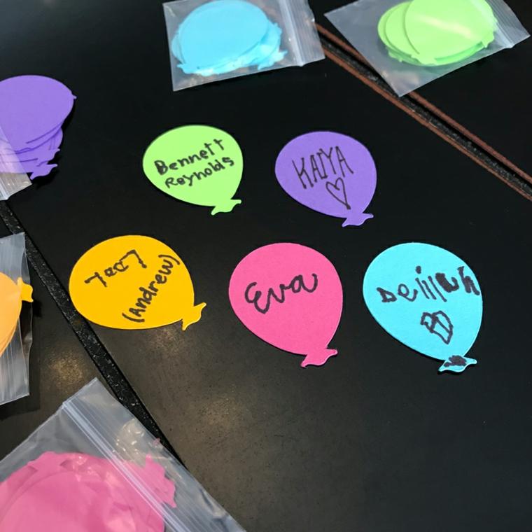 Cartoncini colorati a forma di palloncino con scritte, biglietti per la festa dei nonni