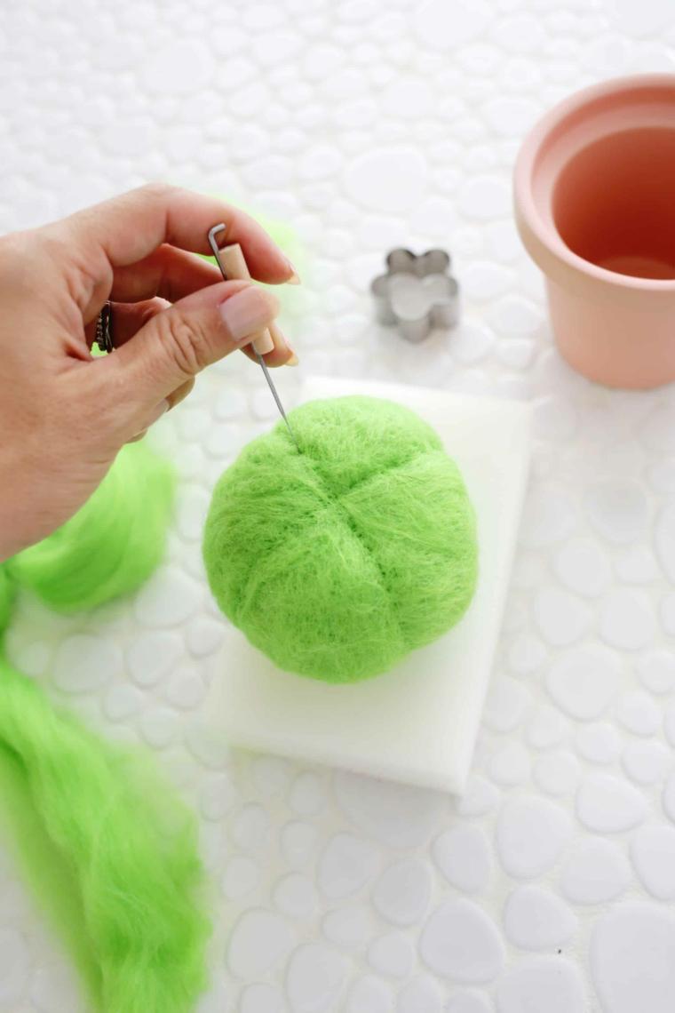 Tutorial rotolo di lana per cuscini perni, regalo festa dei nonni, donna che punzecchia con un ago