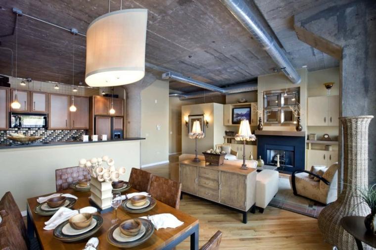 Open space con cucina e isola centrale, pavimento in legno parquet con tappeti