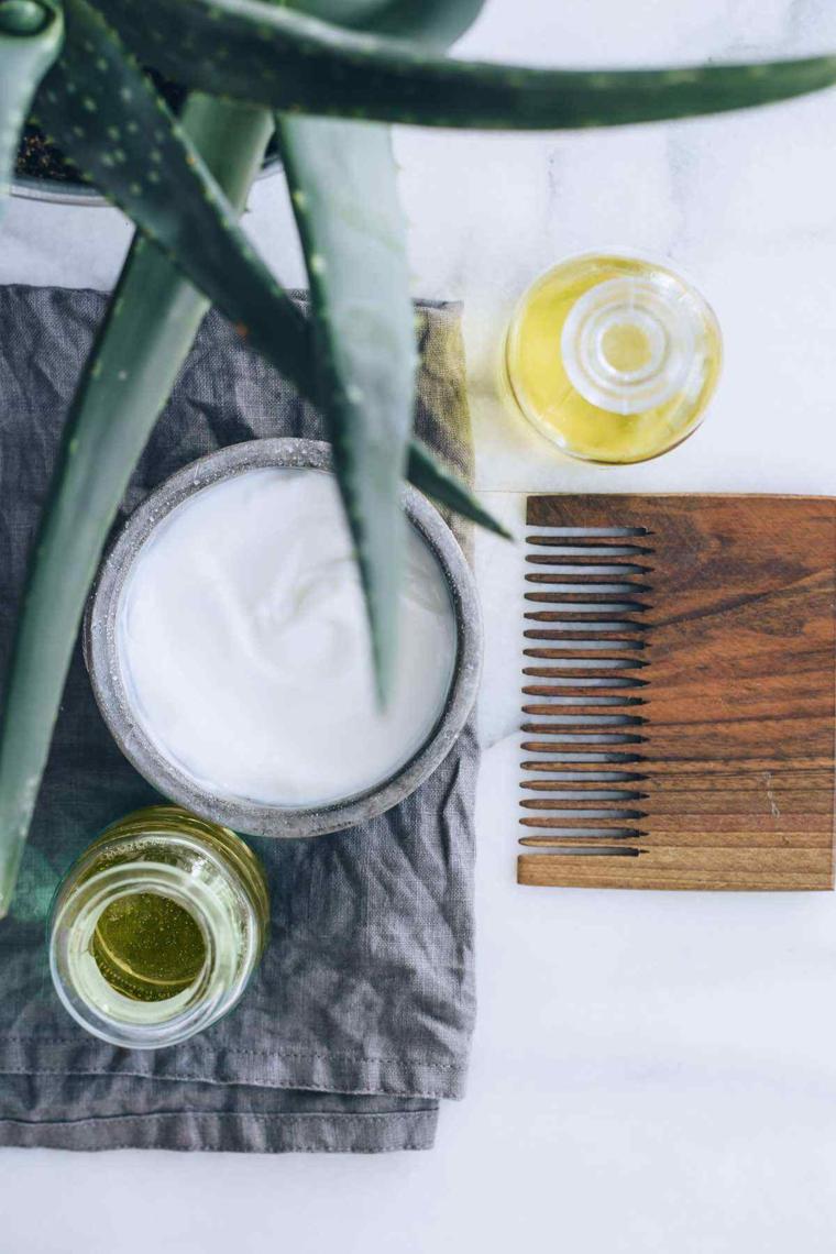Maschera nutriente fai da te, barattolo con yogurt e aloe vera, pettine di legno