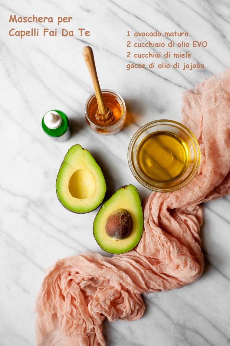 Maschera per capelli rovinati, ciotola di olio Evo e un avocado tagliato a metà