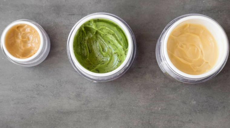 Come nutrire i capelli, tre ciotole con maschere per capelli di colore verde