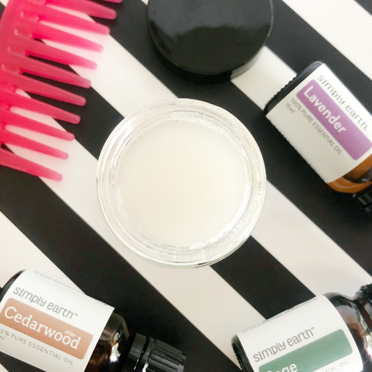 Come nutrire i capelli in modo naturale, barattolo con maschera per capelli