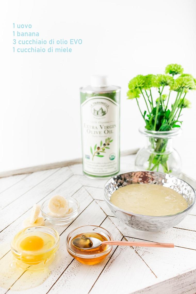 Come nutrire i capelli, ingredienti su un tavolo di legno, ciotole con uovo e miele