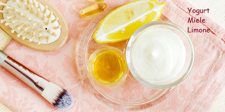 Come nutrire i capelli in modo naturale, ciotola con yogurt, piatto con fetta di limone e miele