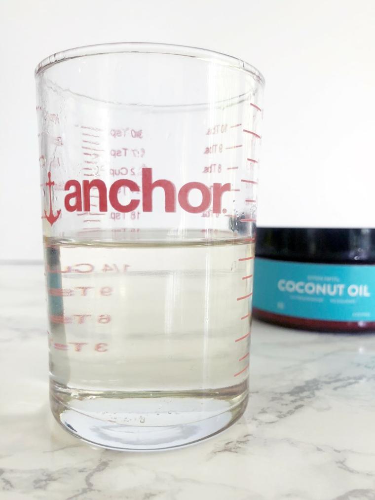 Maschere per far crescere i capelli, bicchiere con misure e olio di cocco