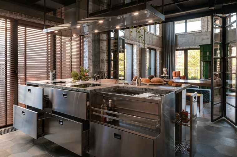 Arredare un open space, cucina con isola in acciaio inox, open space cucina e sala da pranzo