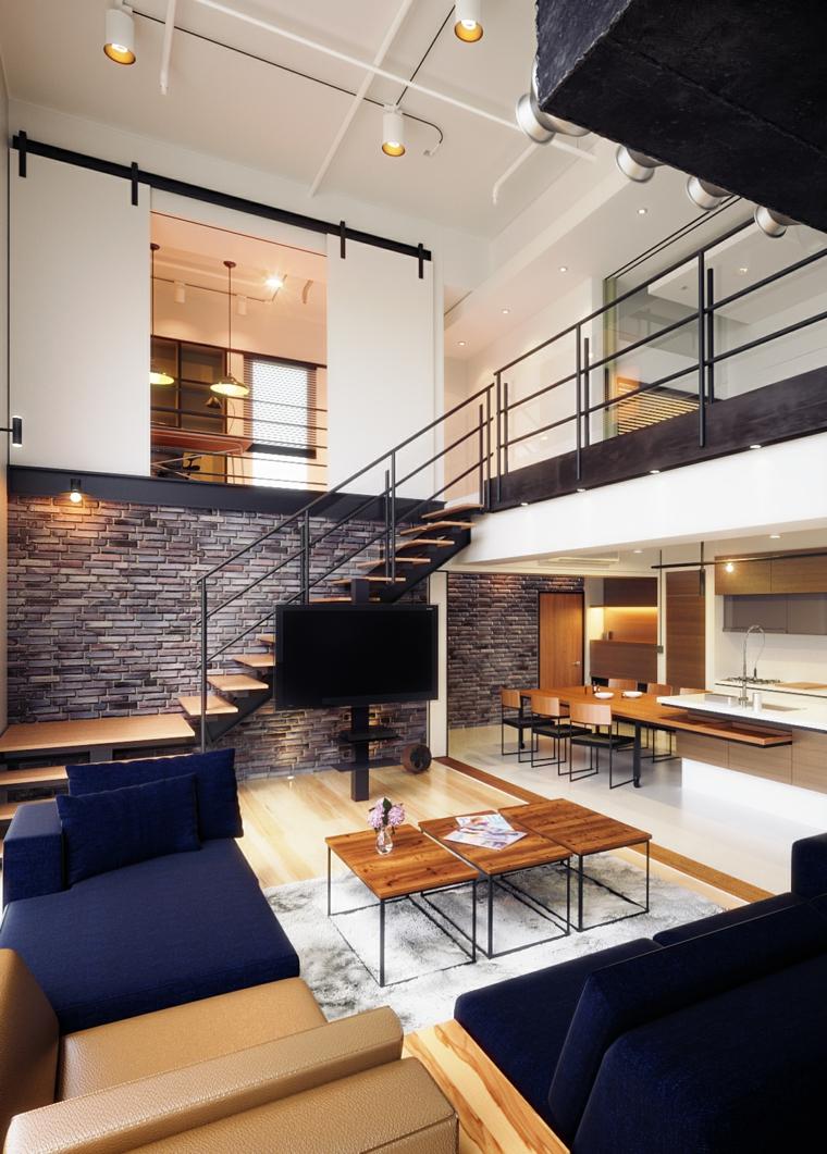 Arredare open space, appartamento con soppalco, soggiorno con divano e tavolini di legno