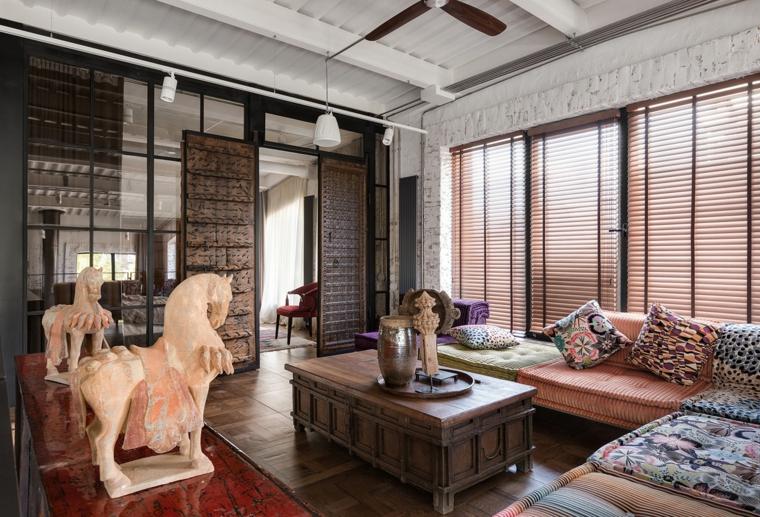Come arredare un open space, soggiorno con divani colorati e tavolino di legno