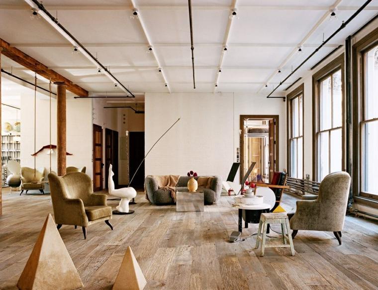 Soggiorno con divani e poltrone, appartamento con faretti sul soffitto