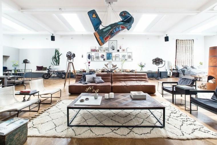 Ambiente loft open space, soggiorno con divano in pelle e tavolino basso di legno