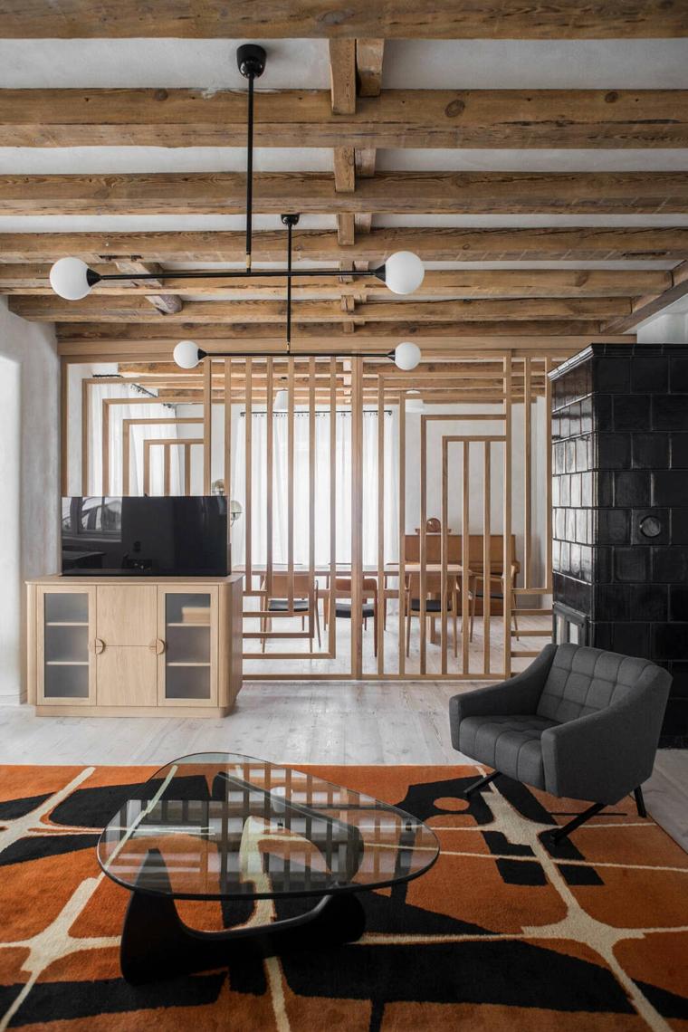 Ambiente con travi di legno e lampade, parete divisoria di legno, open space sala da pranzo e soggiorno