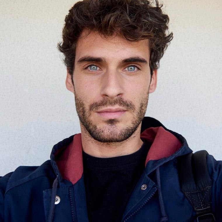 Tagli di capelli corti uomo, ragazzo con occhi azzurri, capelli castani e ricci