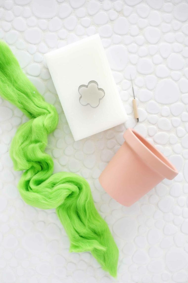 Materiale per fare un cuscino perni, festa dei nonni lavoretti, vaso di terracotta e filo di lana infeltrita verde