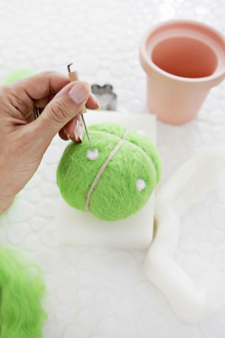 Regali per la festa dei nonni, rotolo di lana verde legata con filo di canapa