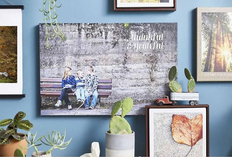 Idea regalo per la festa dei nonni, cornice con fotografia nipoti appesa alla parete