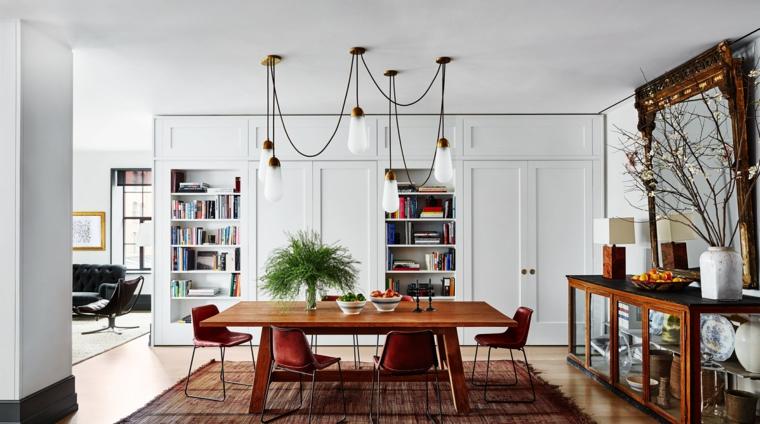 Appartamento open space con soggiorno e sala da pranzo insieme, tavolo da pranzo in legno e sedie
