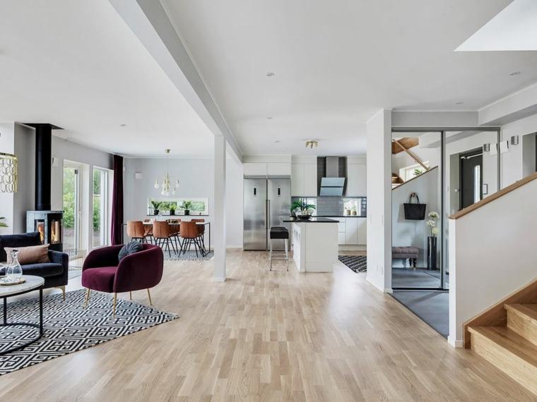 Loft open space con cucina, soggiorno con tavolino di marmo e poltrone, appartamento con scale interne