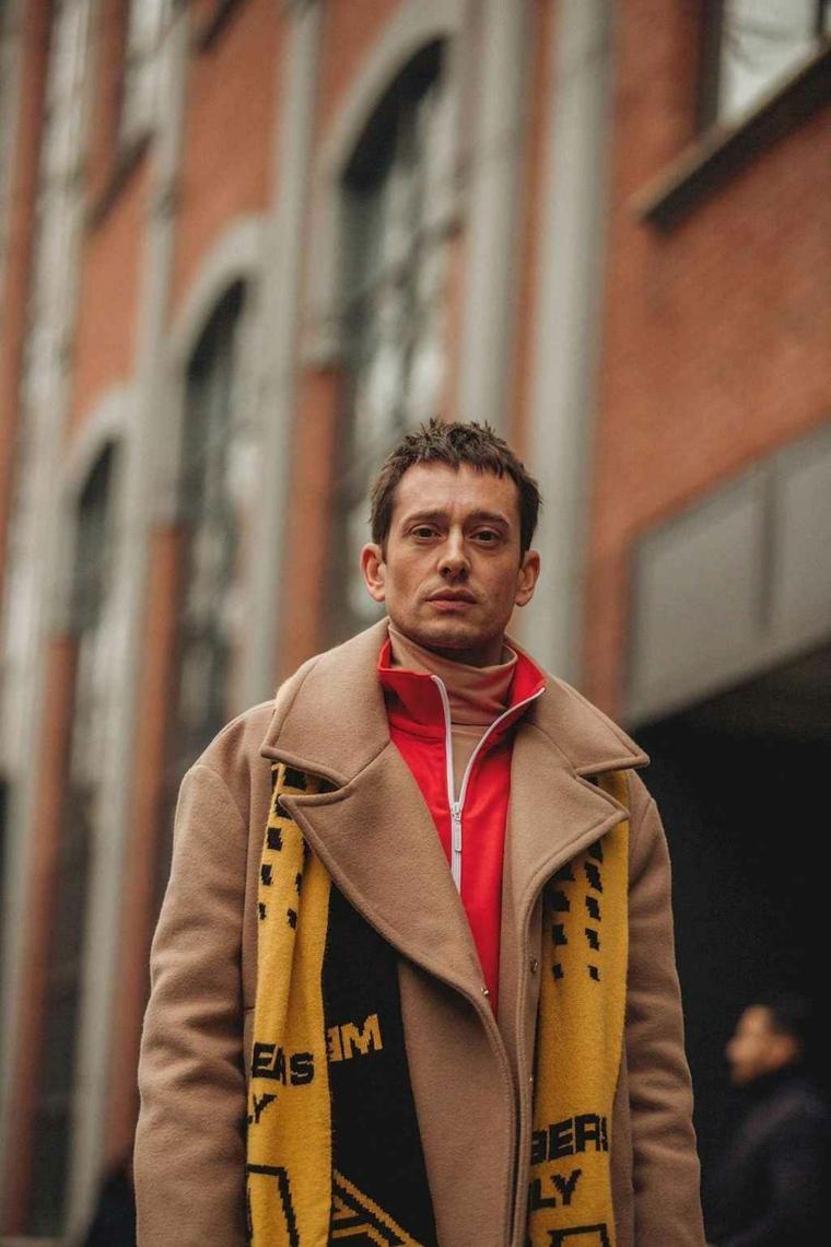 Sfumatura taglio capelli uomo, ragazzo con giacca e sciarpa, capelli castani corti